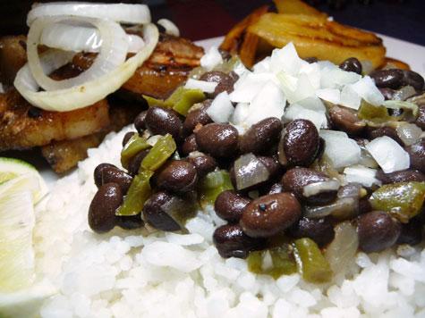 Masas de Puerco Fritas con Frijoles Negros y Platanos Maduros