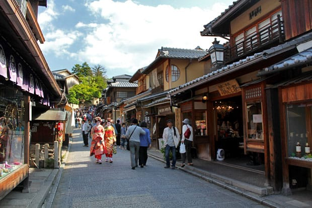 Ninen-zaka & Sannen-zaka: A Picturesque Shopping District in Kyoto, Japan