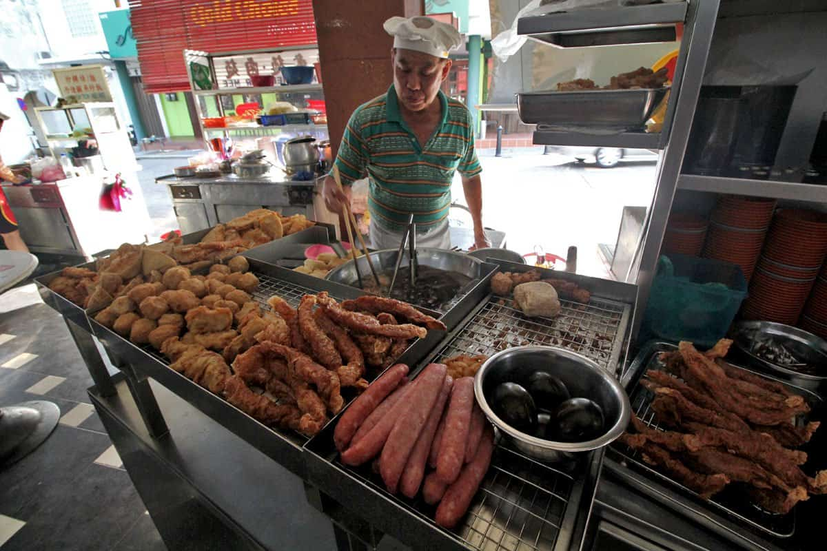 Uncle Lau frying lor bak at Kheng Pin Cafe