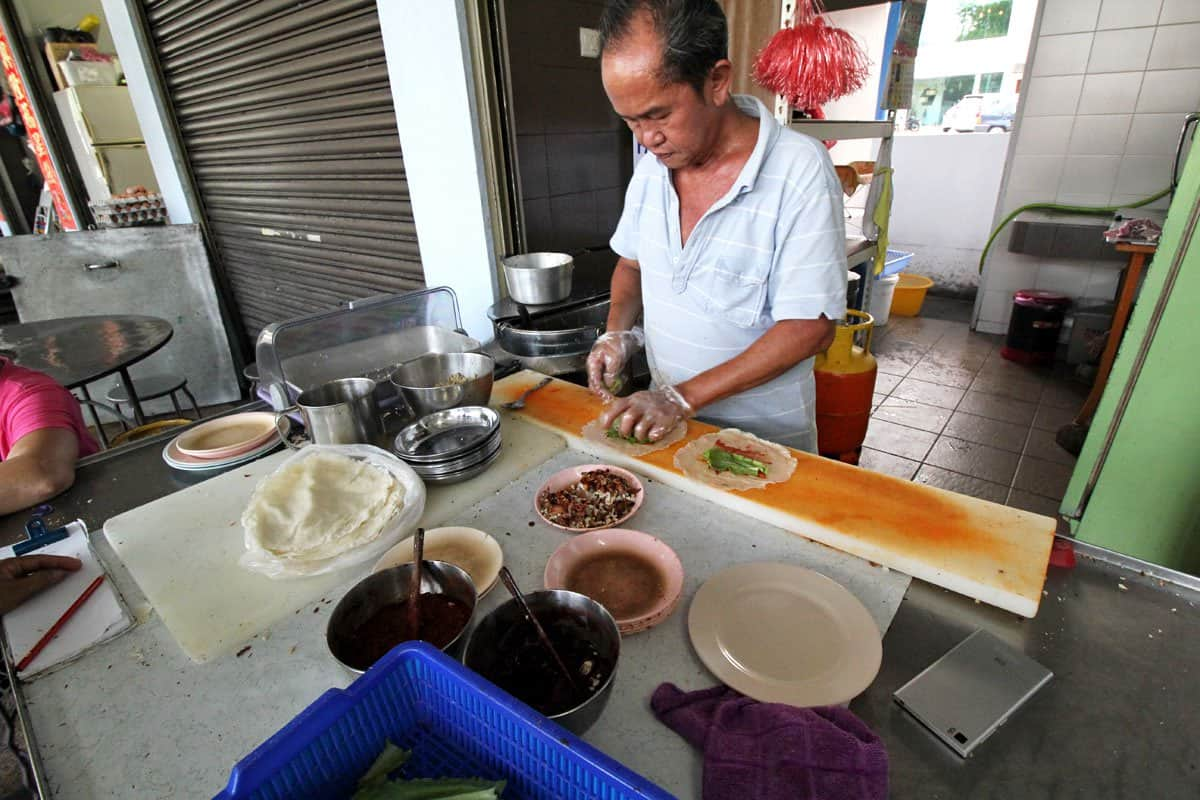 Uncle preparing popiah