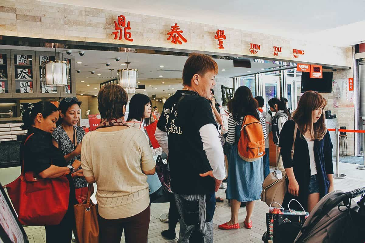 Long queue at Din Tai Fung in Taipei, Taiwan
