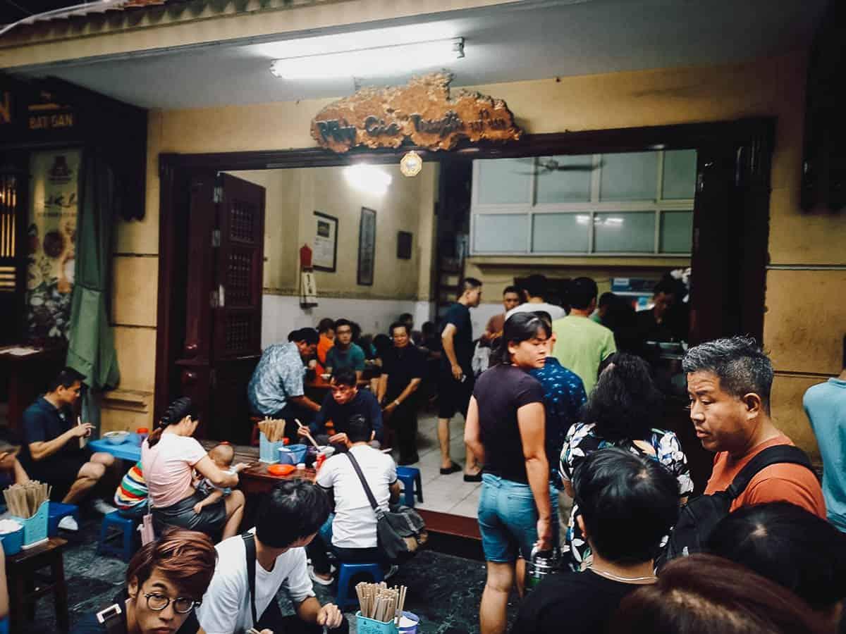 Long line at Phở Gia Truyền Bát Đàn
