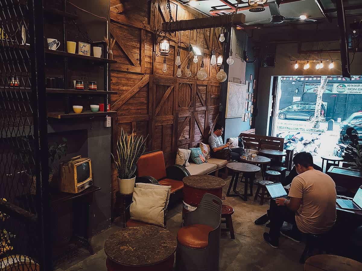 Saiigon Lão Quạ Coffee interior