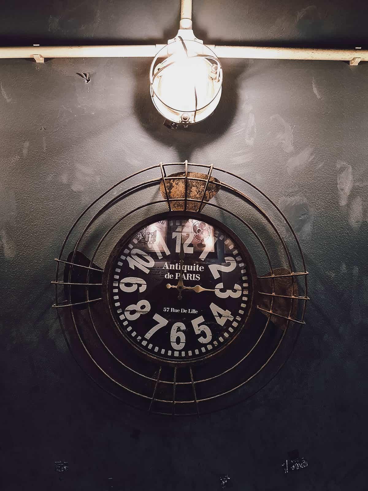 Vintage wall clock at Saiigon Lão Quạ Coffee