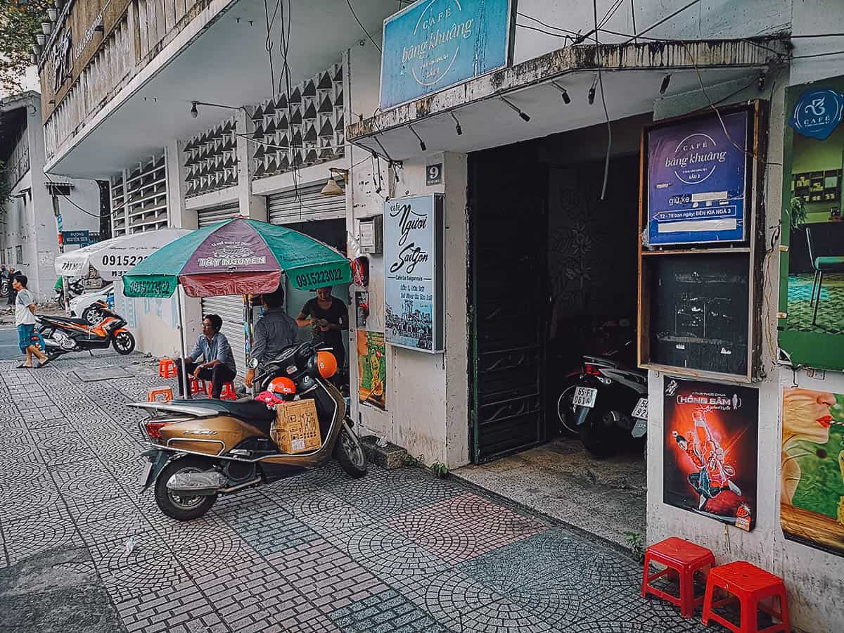 Entrance to Thai Van Lung building