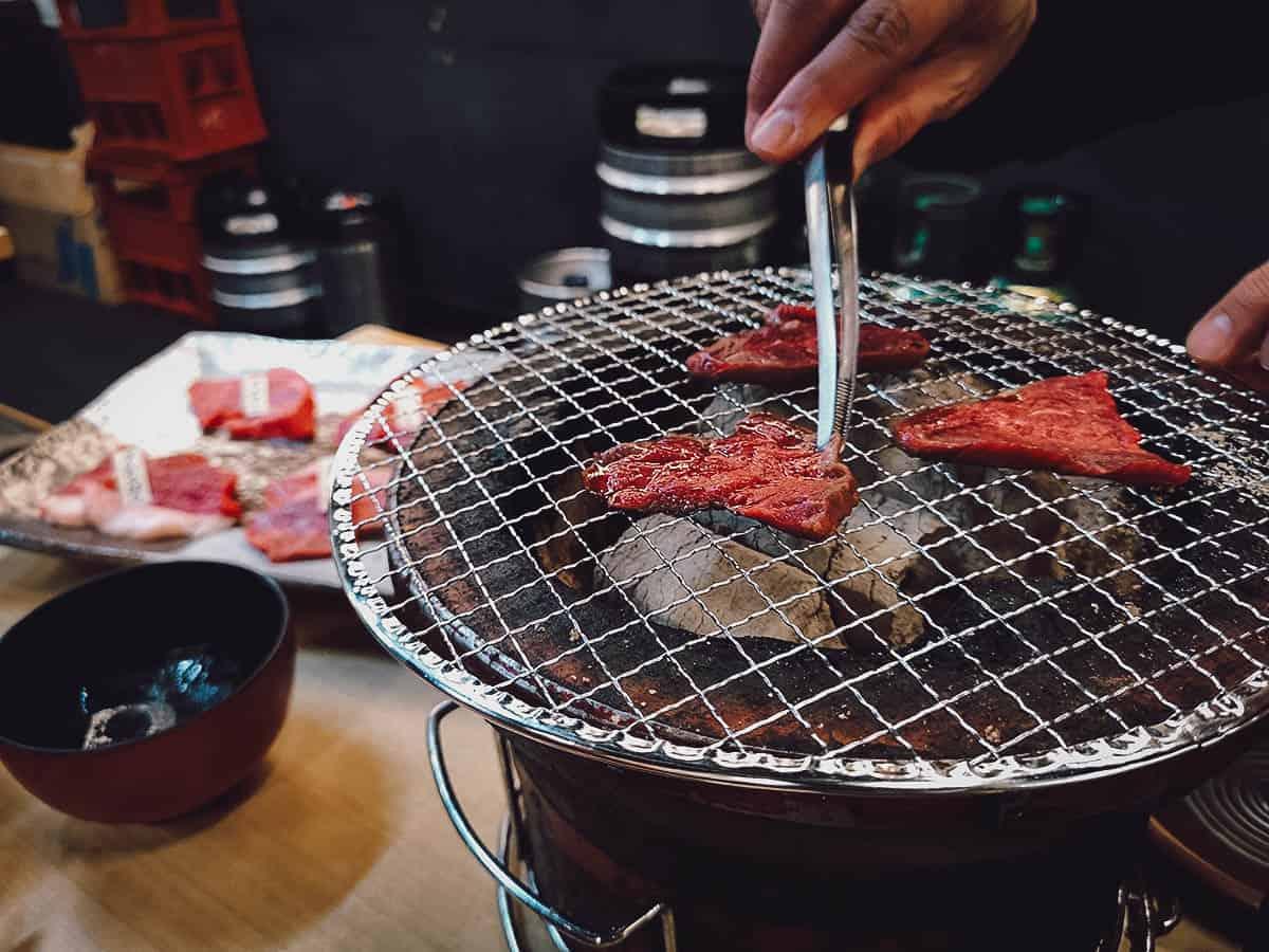 Grilling wagyu yakiniku