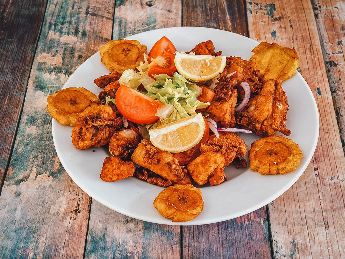 Pica pollo with tostones and salad