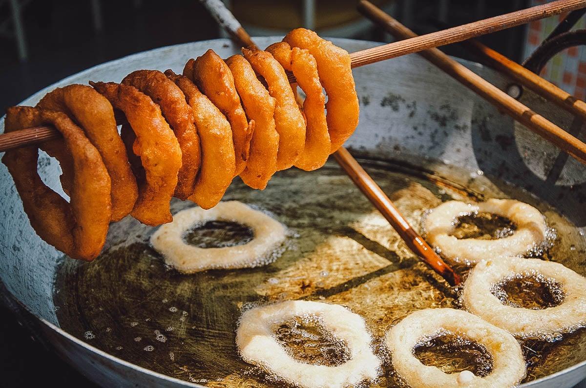 Frying picarones