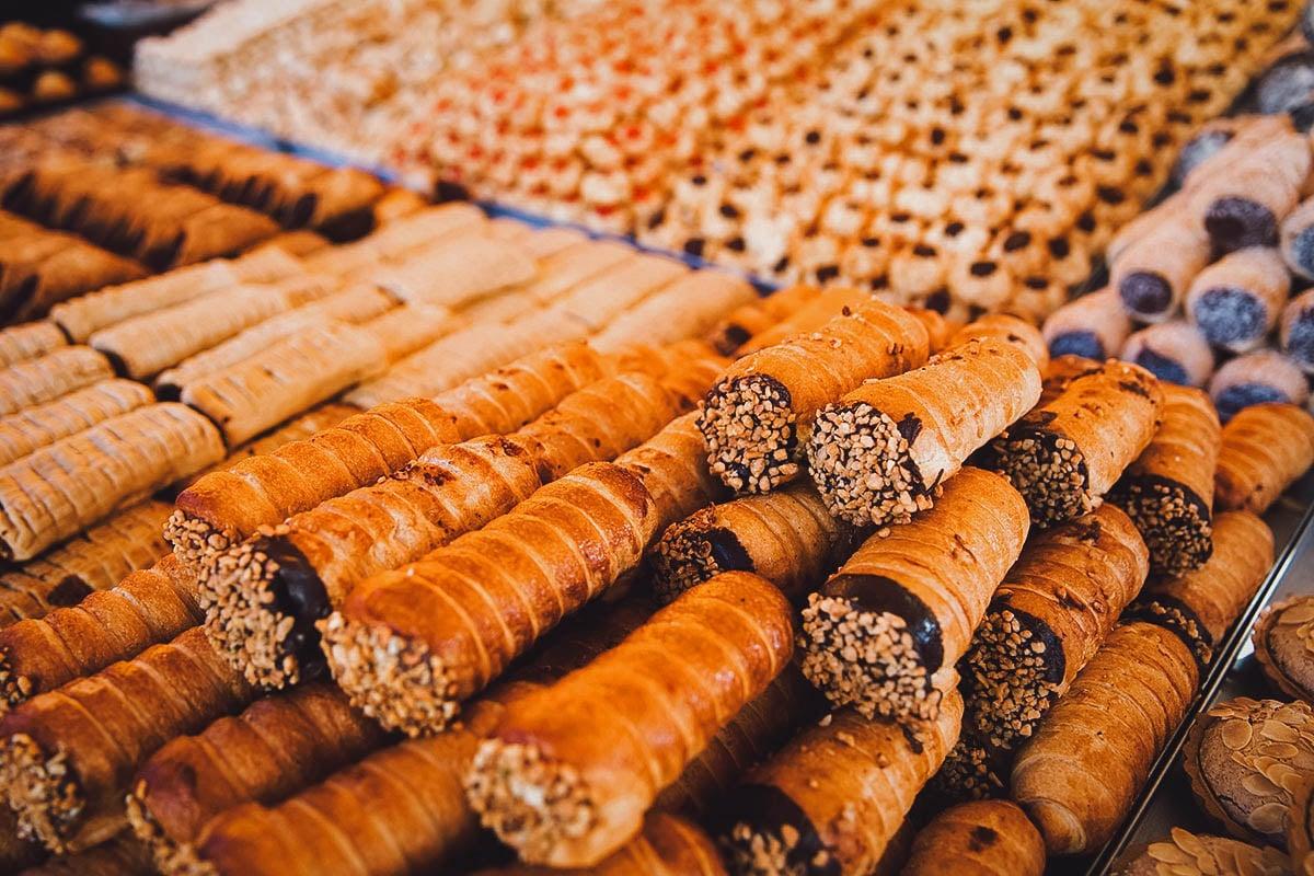 Kannoli tal-irkotta at a market