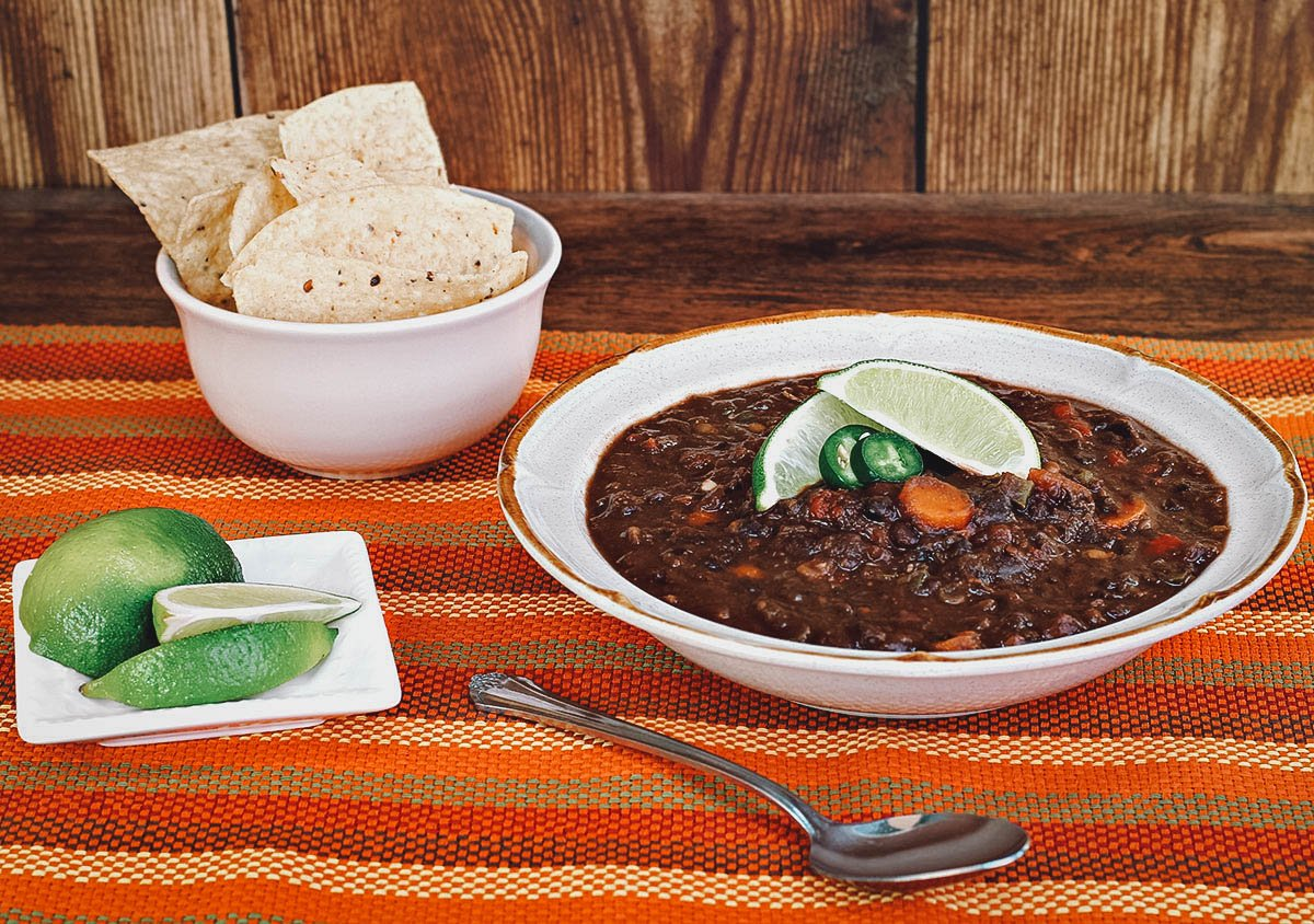 Sopa negra with chips and lime