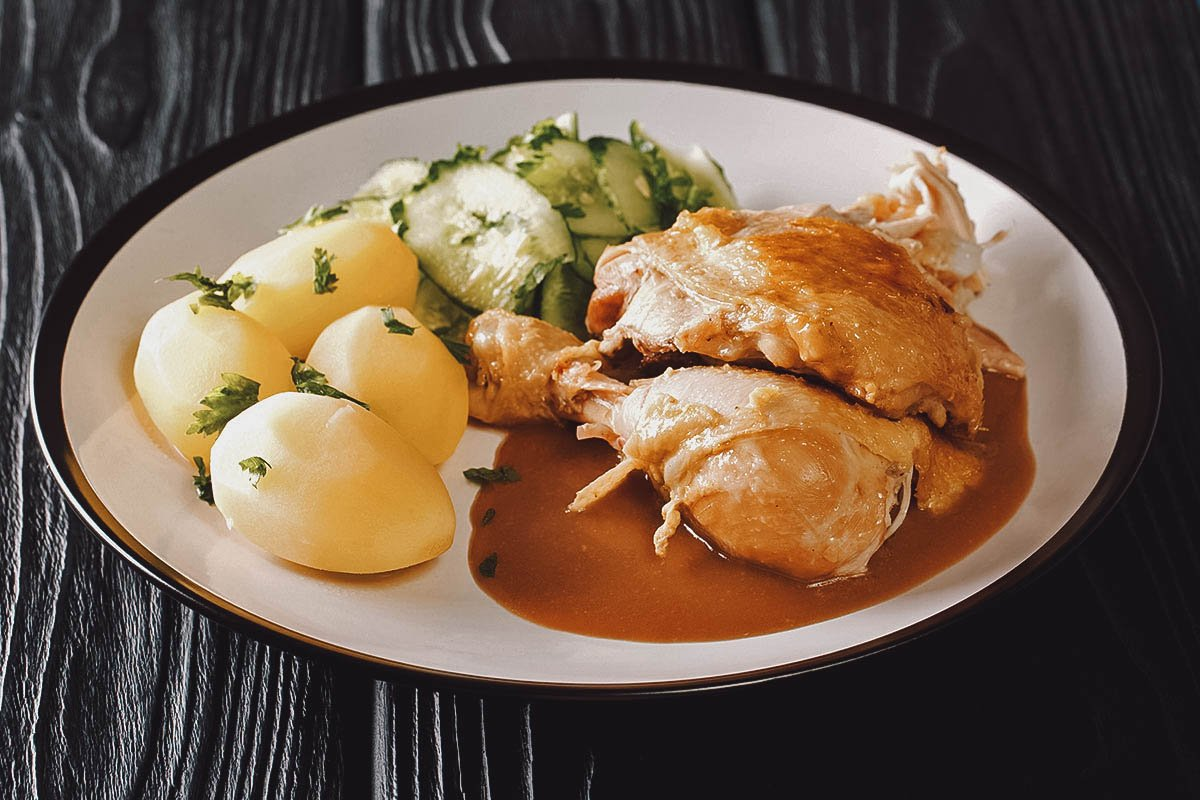 Grydestegt kylling with boiled potatoes and cucumber salad